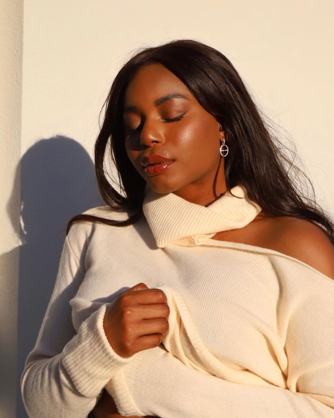 Amazon Pre-Fall Fashion Favorites - Headshot of Kaye Bassey in Paige cut out sweater with glowy, everyday makeup